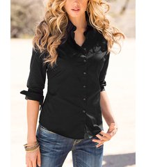 blusa negra con botones delanteros y cuello vuelto