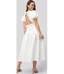 na-kd boho tie back flower structured dress - white