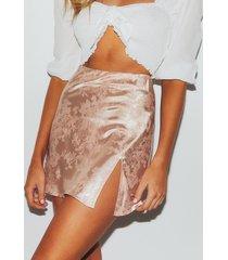 minifalda de satén con diseño floral y cintura media