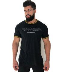camiseta advance clothing college deluxe preto - preto - masculino - algodã£o - dafiti