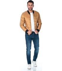 chaqueta para hombre café tipo bomber acolchada con bolsillos laterales y cremalleras plateadas