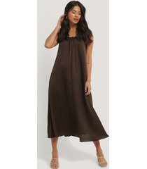 trendyol klänning med kragdetalj - brown