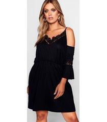 plusmaat gehaakte jurk met blote schouder, zwart