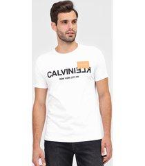 camiseta calvin klein lettering branca