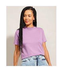 camiseta básica gola alta manga curta lilás