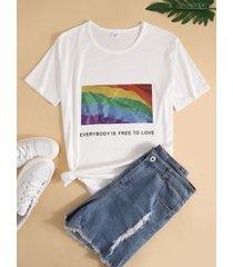 camiseta blanca de manga corta con cuello redondo y estampado abstracto