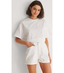 na-kd trend ekologiska mom shorts med uppvik - white