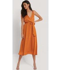 trendyol silkig klänning - copper