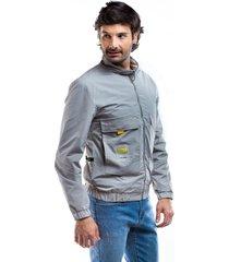 chaqueta gris impermeable resorte en cintura y bolsillos frontales.