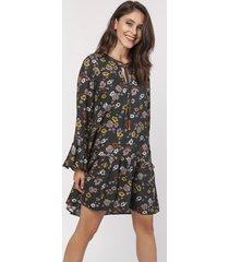 sukienka luźna z wiązanką w kwiaty