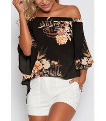 blusa negra con hombros descubiertos y estampado floral al azar