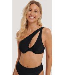 na-kd swimwear bikinitopp med en axel - black