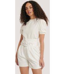 glamorous shorts med bälte i midjan - white