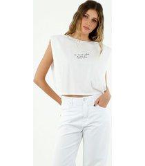 t-shirt de mujer cuello redondo, manga corta con hombreras y bordado be your own