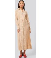na-kd classic pleated maxi dress - beige