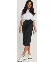 na-kd trend kjol med knytning - black