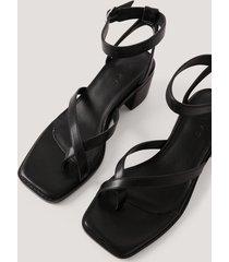 na-kd shoes sandaler med blockklack och korsade remmar - black