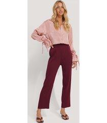 na-kd trend elastic waist pleated pants - burgundy