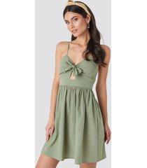 na-kd boho klänning med utskurna partier och knut fram - green