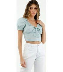 camisa de mujer, silueta semiajustada, cuello en v, manga corta, con boleros