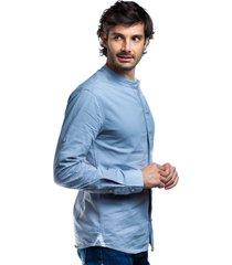 camisa azul claro para hombre cuello mao y solapa frontal boton invisible.