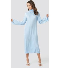 na-kd trend pleated wide sleeve ankle dress - blue