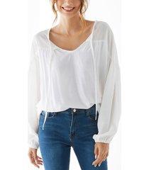 blusa blanca con mangas abullonadas anudadas con cuello en v