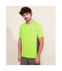 camiseta masculina esportiva com recortes e textura ace manga curta gola careca verde neon