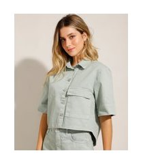camisa cropped oversized em sarja com bolso verde claro