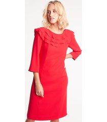 czerwona sukienka z falbankami przy dekolcie