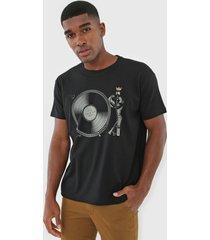 camiseta osklen record player preta - preto - masculino - algodã£o - dafiti