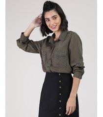 camisa feminina com bolsos manga longa verde militar