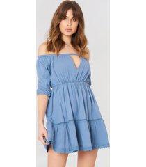 debiflue x na-kd off shoulder crochet dress - blue