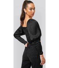 na-kd boho cropped puff sleeve satin blouse - black