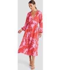 na-kd trend tie dye balloon sleeve midi dress - pink,red