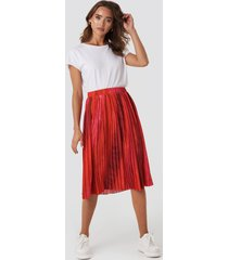 na-kd trend tie dye print pleated midi skirt - red