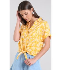 camisa feminina cropped estampada floral com nó manga curta mostarda