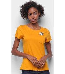 camiseta top moda c/ bolso bordado gato manga curta feminina - feminino