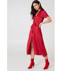 na-kd boho tie waist jacquard satin dress - red