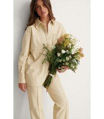 na-kd trend skjorta med ficka och bälte i pu - beige