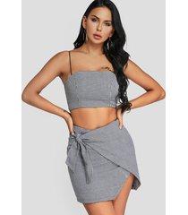 cami de rayas grises y abrigo diseño falda trajes de dos piezas