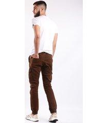 pantalon cargo café bolsillos laterales y resorte en tobillo para hombre