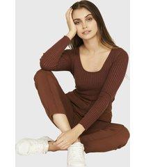 sweater ajustado trenzado café nicopoly
