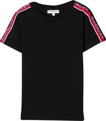 black t-shirt teen