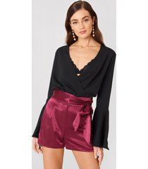 na-kd party tie waist satin shorts - red