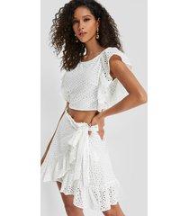 conjunto de falda con diseño cruzado y top sin espalda con diseño hueco blanco
