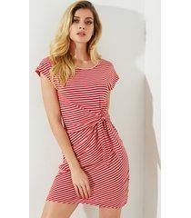 vestido de manga corta con cuello redondo a rayas y diseño rojo