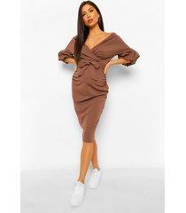 positiekleding midi-jurk in wikkelstijl met blote schouder, mokka