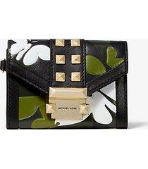 mk portafoglio whitney piccolo in pelle con farfalle effetto camouflage e catena - combo nero (nero) - michael kors