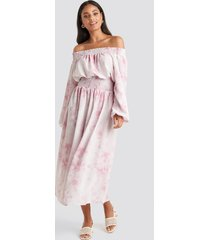 na-kd trend tie dye off shoulder midi dress - pink